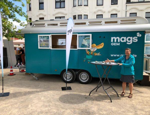 Mit dem Ausstellungswagen der GEM-Umweltbildung auf dem Greta Markt in Eicken.